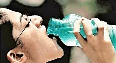 ペットボトルに口を付けずに飲むクセの3つの理由&飲むコツを紹介!